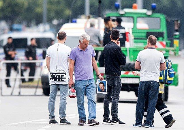 慕尼黑居民向悲剧发生地点献花