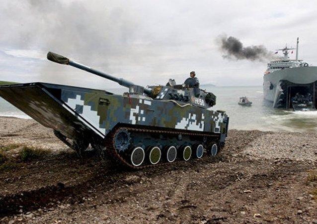 """中国军事技术设备抵达加里宁格勒州参加""""海上登陆-2016""""比赛"""