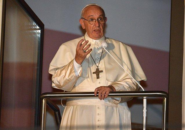 罗马教皇波兰弥撒期间失去知觉