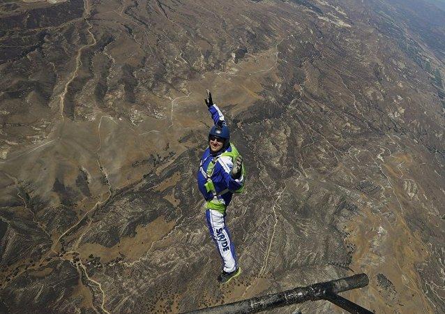 美国跳伞运动员卢克·埃金斯