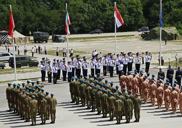 国际军事比赛开幕式上19国代表队接受检阅