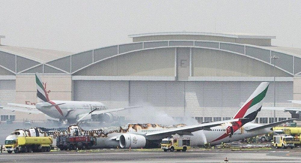 迪拜当局:紧急降落迪拜机场的飞机上的大火被彻底扑灭