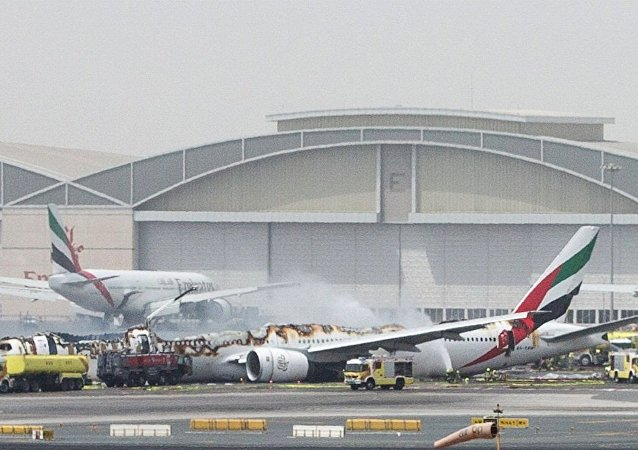 紧急降落迪拜机场的飞机上的大火被彻底扑灭