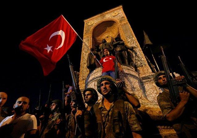 土耳其内政部长:在对未遂政变的调查中拘留约2.6万人