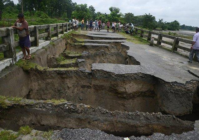 印度大水冲垮桥梁事件中至少14人死40人失踪