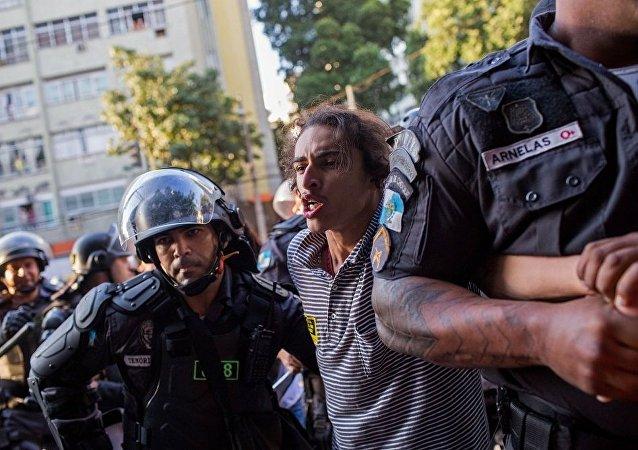 里约警方用催泪瓦斯驱散马拉卡纳体育场外示威群众