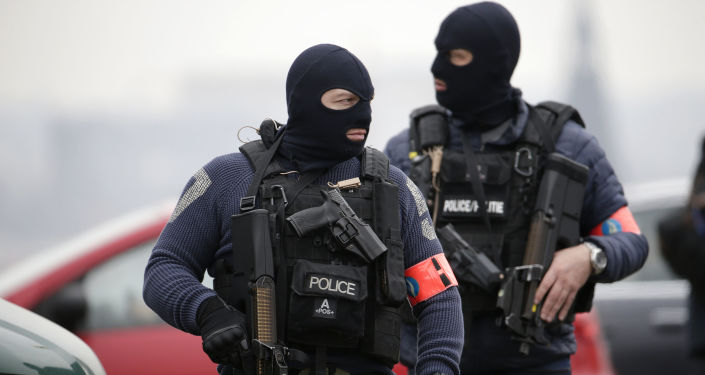 据媒体报道,警方封锁了位于法国巴黎香榭丽舍大街里的马里尼剧院并进行了人员疏散