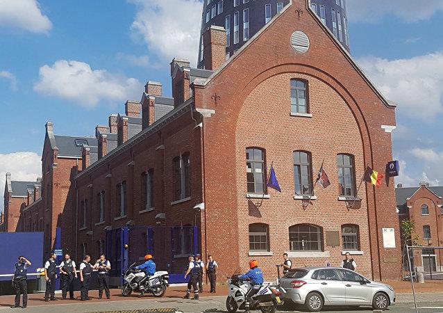 警方:比利时沙勒罗瓦一不明男子砍伤2名警察