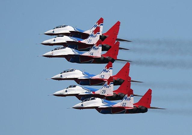 """俄罗斯飞行员在""""航空飞镖""""决赛阶段领先"""