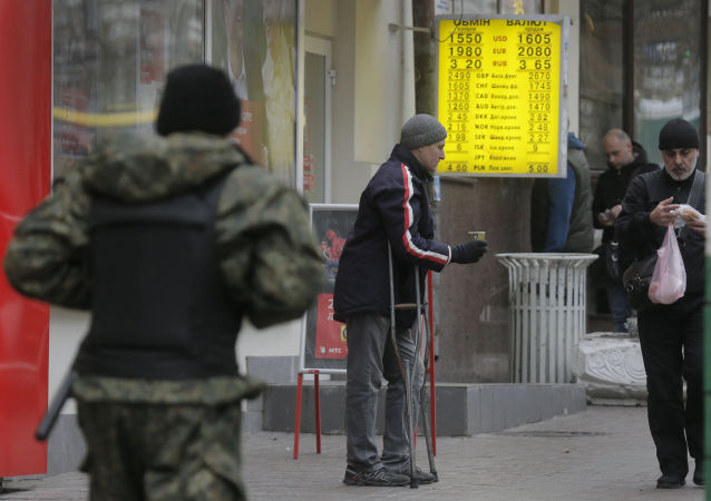 一个乞丐在基辅的外汇兑换点旁讨要施舍