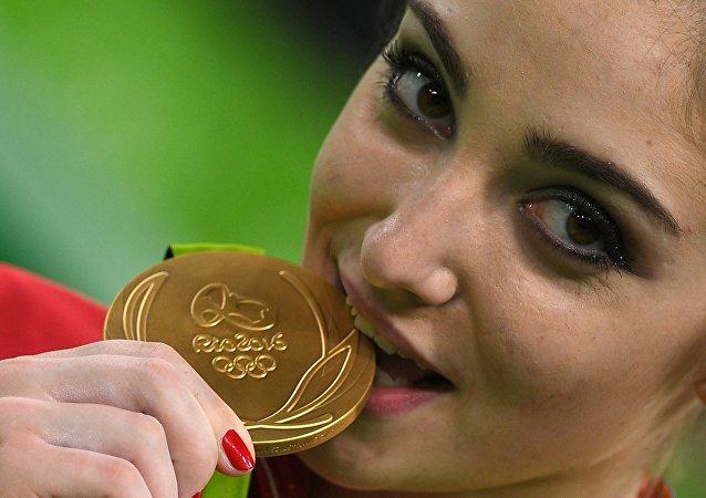 揭秘:奥运奖牌得主为何都咬奖牌