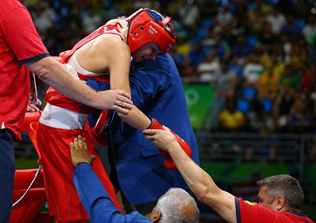 俄运动员别利亚科娃在女子60公斤级拳击半决赛中获得铜牌
