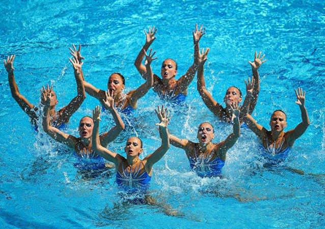 俄罗斯队在奥运女子花样游泳团体赛中获得金牌