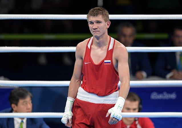 俄拳击选手杜纳伊采夫在奥运会赢得64公斤级比赛的铜牌