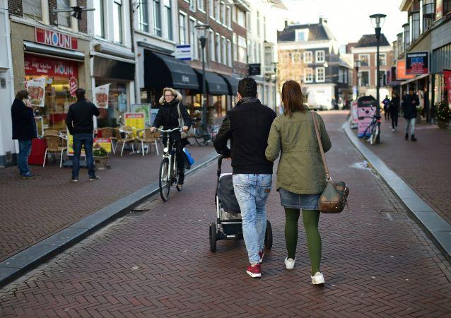 Прохожие на улицах Леувардена в Нидерландах