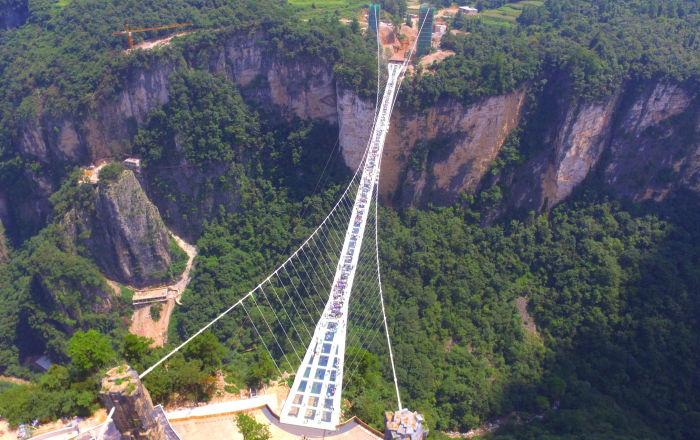 中国开放世界上最长的玻璃大桥