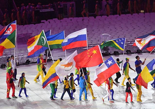 俄花样游泳选手伊先科和罗马申娜在奥运会闭幕式担任俄罗斯队旗手