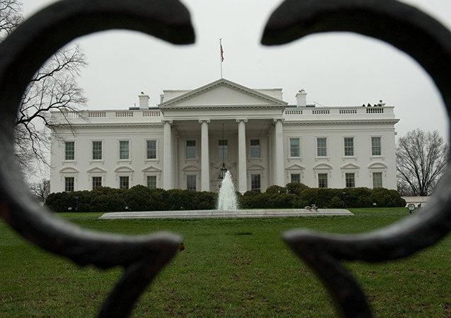 媒体:特朗普把奥巴马搬走的丘吉尔半身像摆回椭圆形办公室