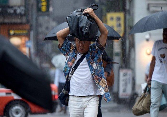 """日本遭遇""""春季暴风雨"""" 8000人准备撤离"""
