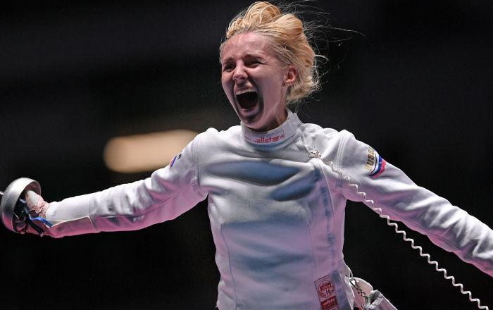 重剑团体铜牌争夺战对决结束后的维奥莱塔·科洛博娃