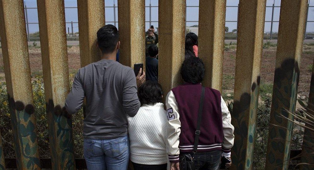 民调:48%美国人支持在美墨边境筑墙