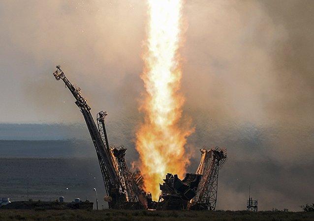 """搭载""""联盟MS-03""""载人飞船的火箭安装到拜科努尔发射台上"""