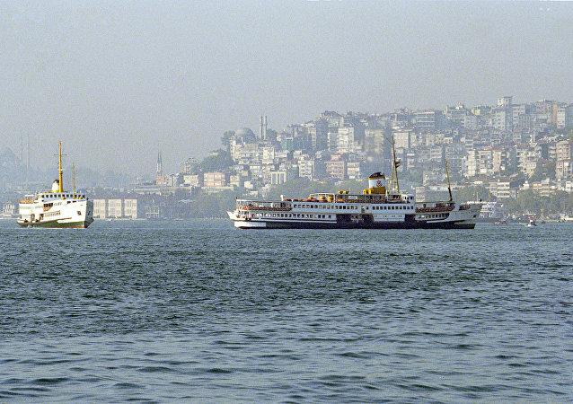 博斯普鲁斯海峡上的第三座桥在伊斯坦布尔开放