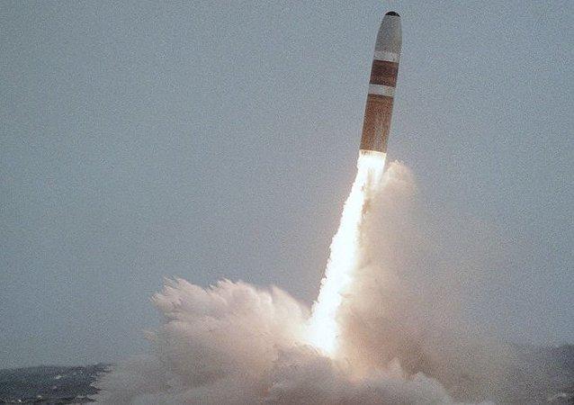 Запуск из подводного положения ракеты Трайдент с американской АПЛ