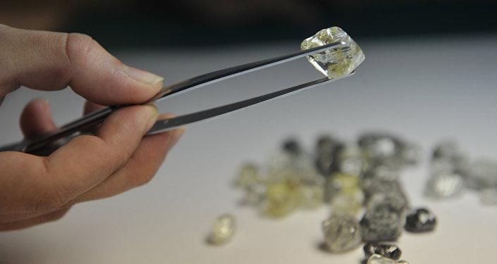 俄阿爾羅薩公司在香港拍賣出1630萬美元鑽石