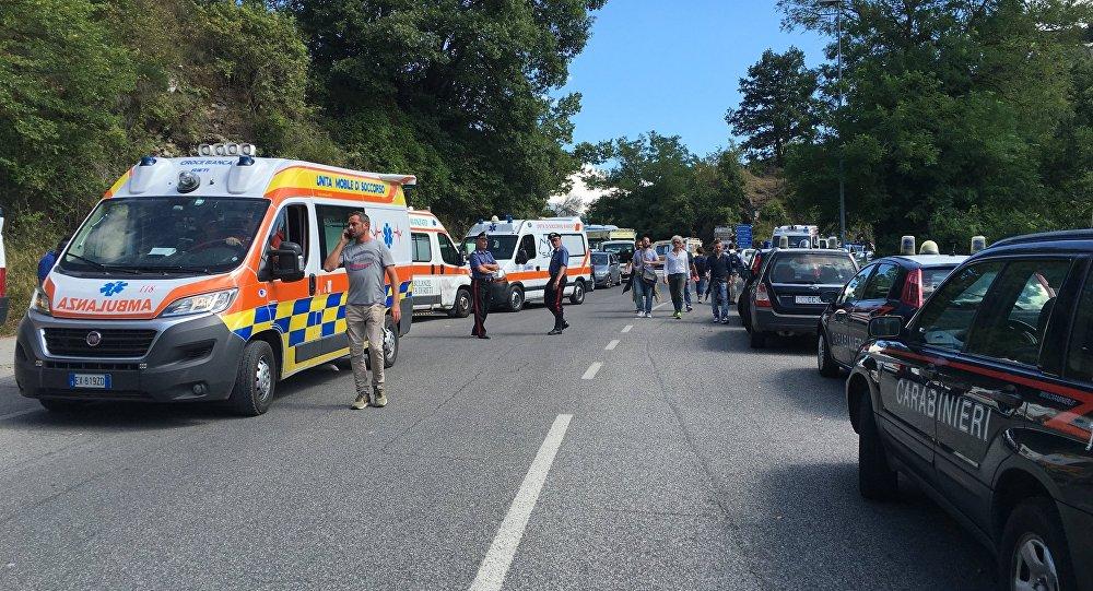 罗马南部一旅游巴士撞桥 18人受伤
