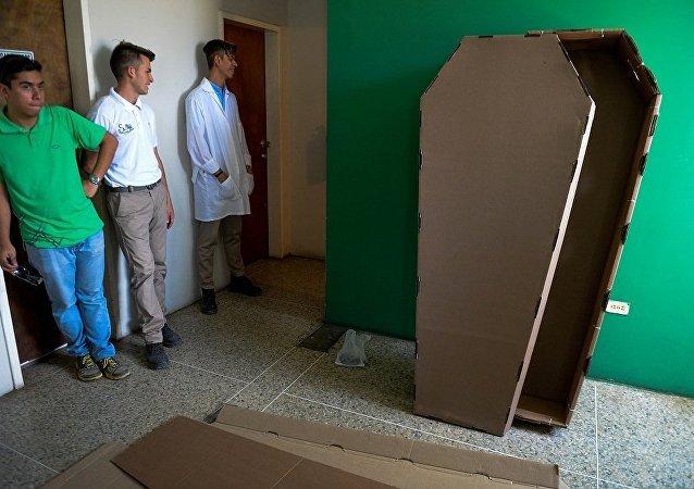 委内瑞拉人受危机影响选择用纸棺埋葬去世亲人