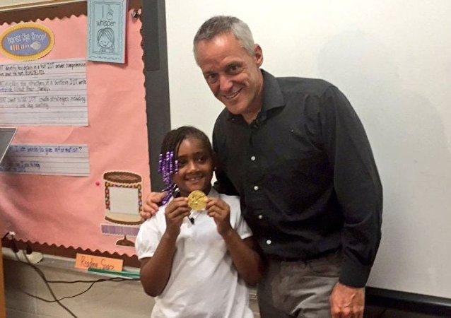 七岁的美国女孩在垃圾箱中找到1992年金牌