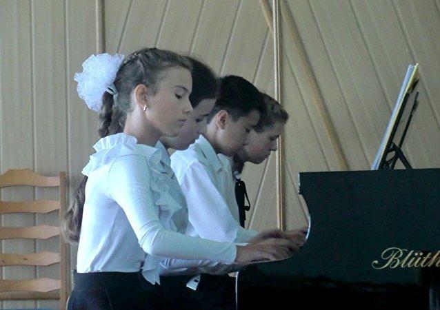「8手聯彈」4人組合參加音樂節表演