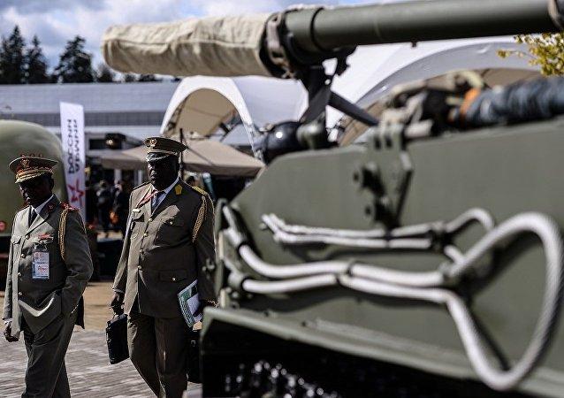 """俄国防部签署首份供应100辆以上""""阿尔玛塔""""坦克的合约"""