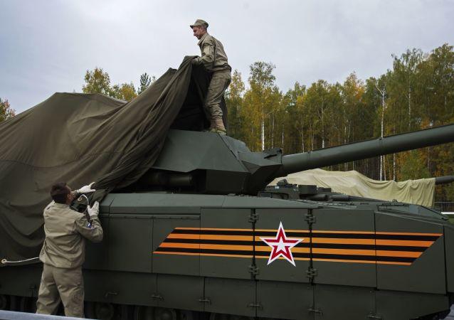 """俄国防部:T-14""""阿玛塔""""坦克国家检测将于2017年完成"""