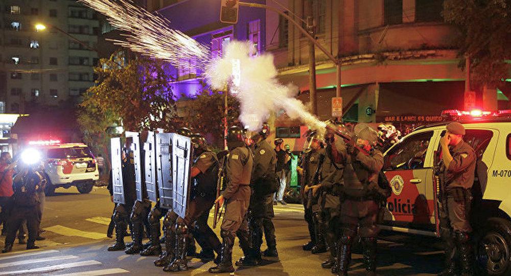 巴西示威者在国会旁与警方爆发冲突