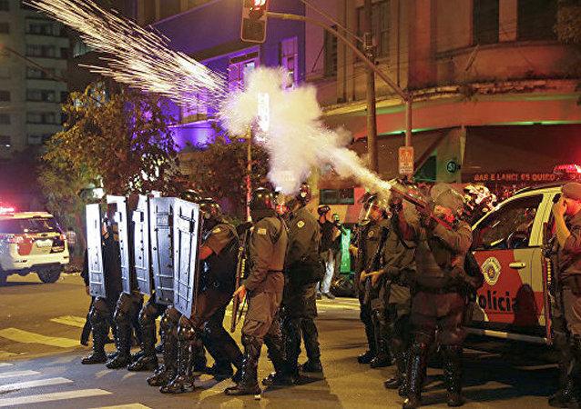 媒体:巴西圣保罗发生反政府游行 再次升级为暴力冲突