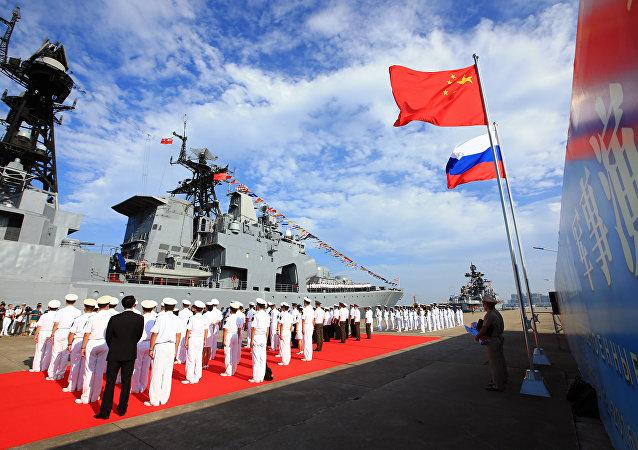俄中海军演练消除事故情况的行动