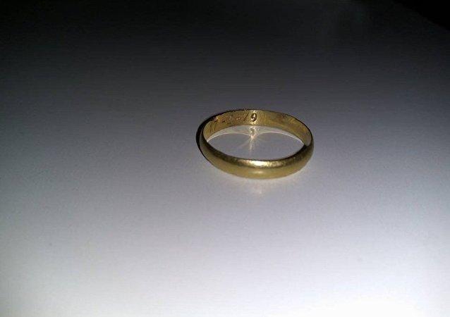 西班牙潜水员发现37年前落海婚戒