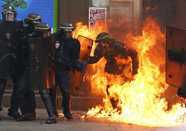 劳动法改革反对者在巴黎举行示威游行与警察发生冲突