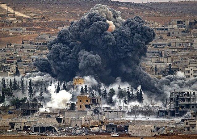 美军在国际联军轰炸在代尔祖尔市的叙利亚政府军阵地