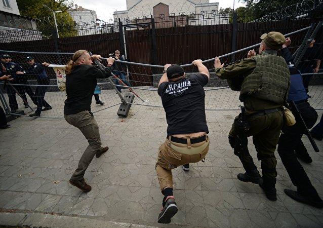 俄驻基辅使馆建筑入口此前被3人封堵现已解除
