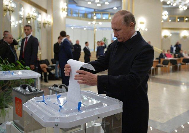 普京来到投票点参加国家杜马议员选举投票