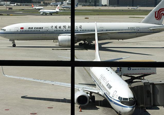 媒体:误机夫妇闯跑道拦飞机