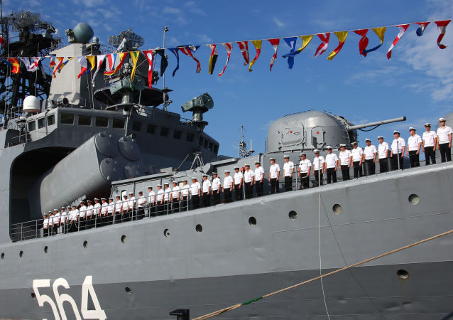 """俄中军人在""""海上联合-2016""""演习中联合进行空降部队登陆"""
