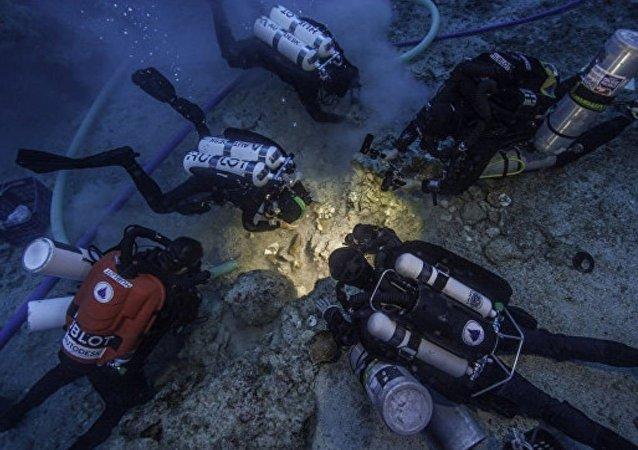 """考古学家水下发现古希腊""""计算机""""主人残骸"""