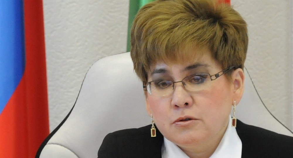 """新闻办公室代表称:""""全部选区的计票结束。娜塔莉亚·日丹诺娃获胜,16.54万选民为她投票,这是54.39%的选票。俄共的尼古拉·梅尔兹利金获得28.74%的选票。"""" 据选举委员会消息,边疆区行政长官的就职典礼将于9月29日举行。 娜塔莉亚·日丹诺娃1964年2月16日出生于赤塔,1986年毕业于国立赤塔车尔尼雪夫斯基师范学院""""汉语与英语""""专业。1986年至1993年在赤塔市第四中学担任汉语教师。2002年,她毕业于远"""