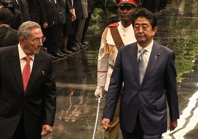 日本首相在古巴与卡斯特罗兄弟举行会谈