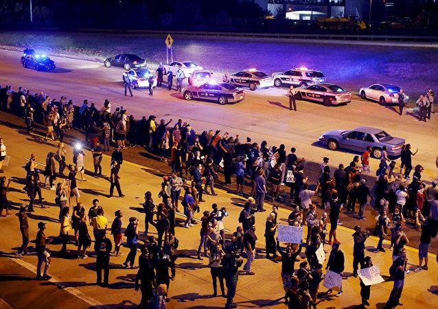媒体:数千人不顾宵禁在夏洛特市持续抗议