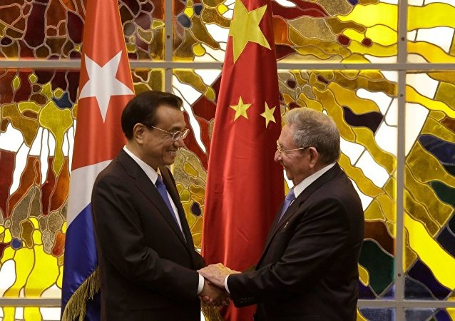 Li Keqiang and Raul Castro